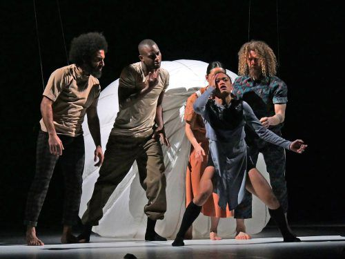 Die Tänzer aus unterschiedlichen Kulturen bringen in den Bewegungsmix ihre eigene Geschichte und Individualität ein. Voith