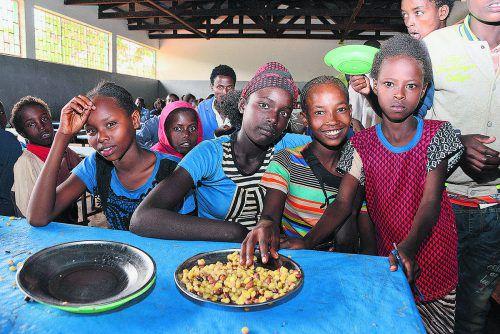 Die TeilnehmerInnen des LaufWunders der youngCaritas unterstützten die Schulausspeisung an Hiwots Schule im Süden Äthiopiens.Caritas/Michael Zündel