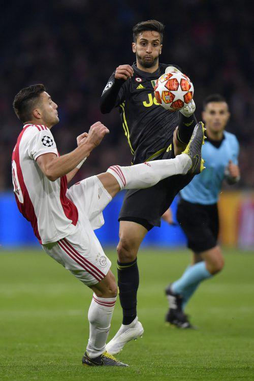 Dusan Tadic (l.) im Duell um den Ball mit Juventus' Rodrigo Bentancur.ap