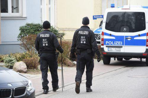 Ein Einsatzfahrzeug der Polizei vor dem Wohnhaus, in dem die junge Frau tot aufgefunden wurde. APA