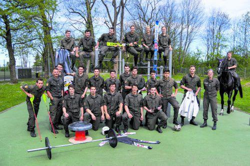 Ein Großteil des aktuell 32 Athleten umfassenden Kaders im Heeresleistungssportzentrum 09 in Dornbirn mit Kommandant Daniel Devigili (2. v. l.) und seinem Stellvertreter Andreas Mayr (r.). VN/Lerch