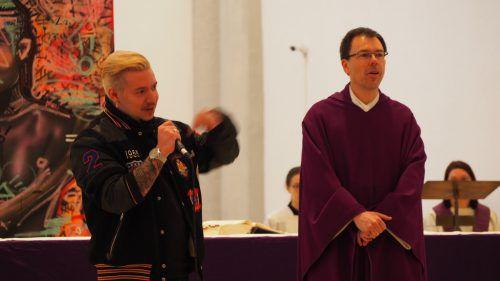 Ein ungleiches Paar im Glauben vereint: Hip-Hop Tänzer und Graffiti Künstler Domingo Mattle und Pfarrer Rainer Büchel. Christof egle
