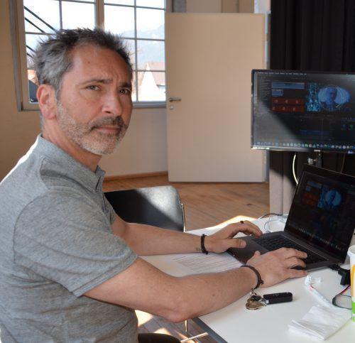 """Elmar Walser schaut sich am Computer Szenen des Films """"Golden Board"""" an, für den er den Titelsong komponiert. vn/hrj"""