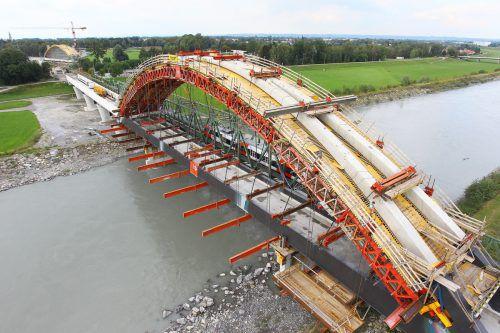 Erst im Jahr 2012 wurde die Rheinbrücke für die Bahn neu gebaut. Sie soll eingleisig bleiben, das sei kein Problem, sagt das Land. VN/HB