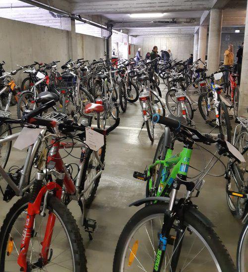 Etliche gebrauchte Fahrräder wurden in Bludenz zum Verkauf angeboten. STadt
