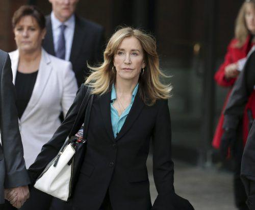 Felicity Huffman (56) beim Verlassen des Gerichtsgebäudes in Boston. Sie soll durch Geldzahlungen ihren Töchtern einen Platz an Elite-Universitäten erkauft haben. AP