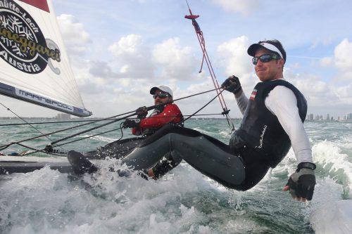 David Bargehr (l.) und Vorschoter Lukas Mähr nehmen bei der 470er-EM den vierten Zwischenrang ein.OESV