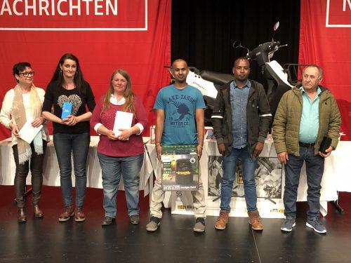 Hauptpreisgewinner Mohamed Abdullah mit den anderen Gewinnern des Gewinnspieles.Christof Egle