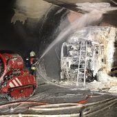 Ein Heutransporter brannte im Pfändertunnel. Der Lenker wurde leicht verletzt. B1