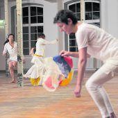 Tänzer im Fabriksareal