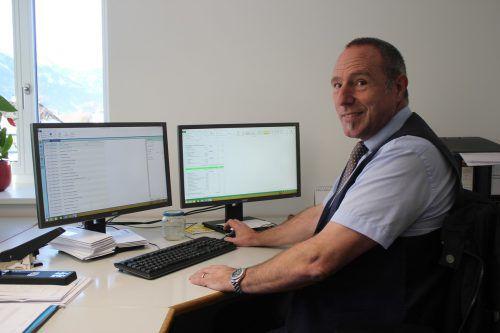 Finanzdienstleister Nikolaus Schmid hat sich an seinem neuen Arbeitsplatz schon gut eingewöhnt. VN/JLO