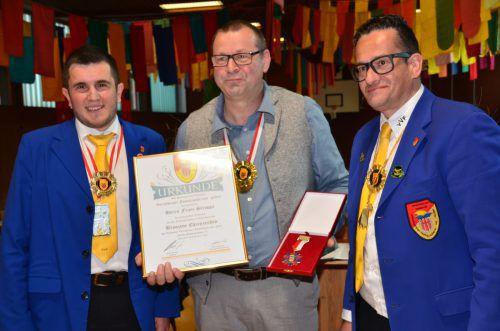 Franz Stroppa von der Funkenzunft Braz (Mitte) erhielt das Ehrenzeichen des Landesverbandes in Bronze. dob
