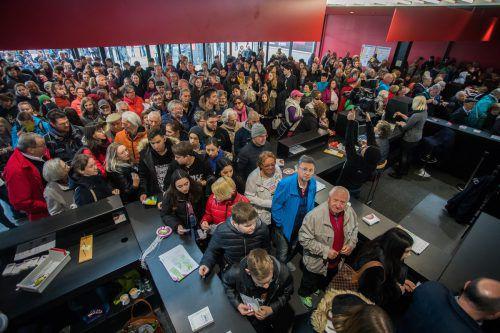 Freitag, kurz vor 10 Uhr vor den Toren der Messe: Hunderte warteten auf Einlass.