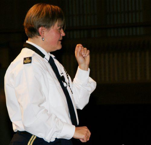 Gaby König-Warenitsch dirigiert die Jugendmusik.pe
