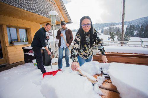 Gestern vom Schnee überrascht: Koch Martin, Chef Patrick und Servicekraft Chantal vor der Ammenegger Stuba.