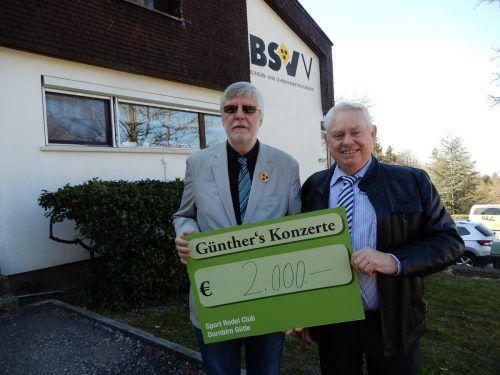 Günther Lutz (r.) übergab einen Scheck an den Vorarlberger Blinden- und Sehbehindertenverband.CTH