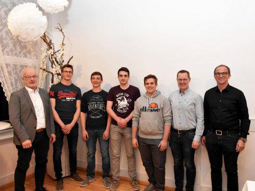 GV Dietmar Jeglic, Jonas Seeberger, Laurin Hehle, Julian Bauer, Raphael Mathies, Abschnittsfeuerwehrkdt. Markus Schupp, Kommandant Hubert Schreilechner. chf