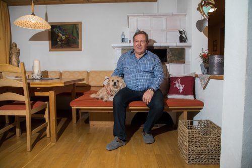 Helmut Leite in seinem gemütlichen Haus in Schwarzach. Der langjährige Bürgermeister wird heute zum Ehrenbürger ernannt. VN/Steurer
