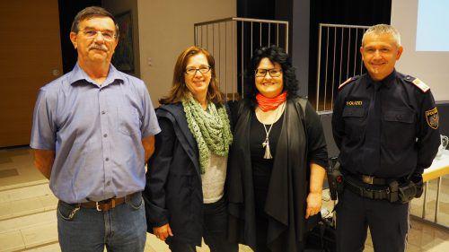Herbert Humpeler, Ingrid Schedler und Silvia Wagner (Frauenbewegung Altach) und Postenkommandant Christoph Marte EGLE