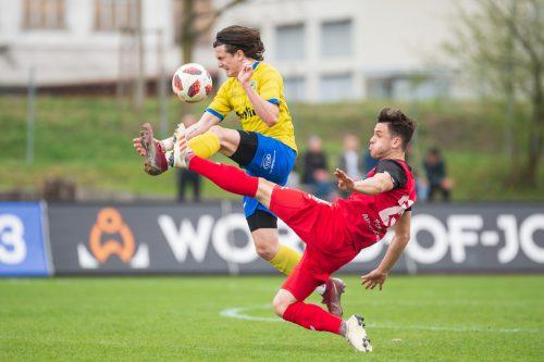 Hohenems-Kicker Jan Stefanon zählte im Duell gegen Anif zu den besten Spielern seines Teams, hier im Zweikampf mit Josef Weberbauer.VN/Stiplovsek