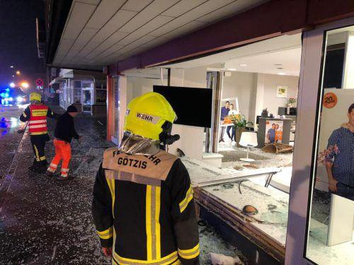 Im Einsatz stand auch die Feuerwehr Götzis. Ein Schaufenster ging zu Bruch. Der 20-Jährige, der wohl zu schnell unterwegs war, und sein Beifahrer wurden leicht verletzt. FW Götzis