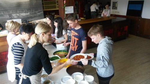 Im letzten Jahr unterstützten die Firmlinge tatkräftig das Suppenteam.pfarre