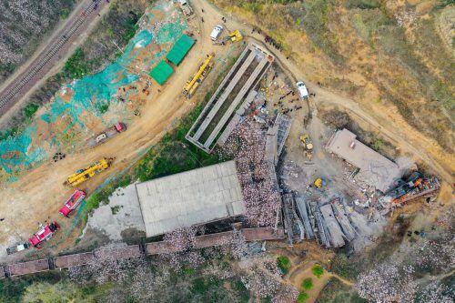 Im Ort Gongyi in der zentralchinesischen Provinz Henan ist ein Güterzug entgleist und hat ein Haus unter sich begraben. Sechs Menschen starben, darunter vier Bahnmitarbeiter und zwei Bewohner des zerstörten Hauses. AFP