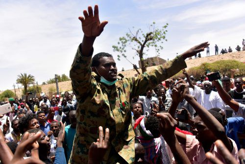 Im Sudan haben Tausende Demonstranten ihre Sitzblockade vor der Zentrale der Streitkräfte in der Hauptstadt Khartum fortgesetzt. AFP