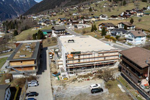 In St. Gallenkirch wird unter Hochdruck an der Fertigstellung des neuen MPreis-Marktes gearbeitet. VN/Lerch