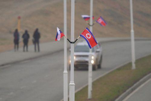 In Wladiwostok wurden russische und nordkoreanische Flaggen angebracht. afp