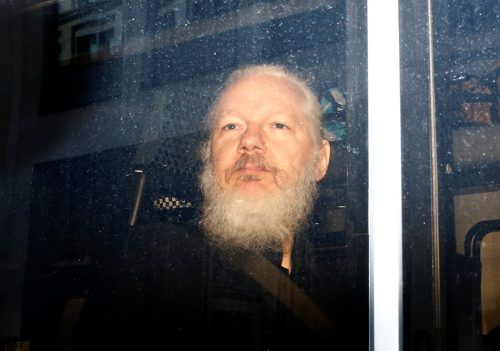 Julian Assange wurde in einem Polizeiauto abtransportiert. reuters