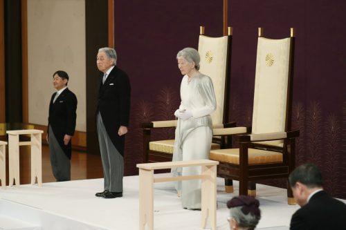 Kaiser Akihito dankt nach 30 Jahren ab Einst brach er mit vielen Traditionen. Trotz Regenwetter und Zutrittsverbot standen Stunden vor der Zeremonie Menschen vor dem Palast. Reuters, AFP