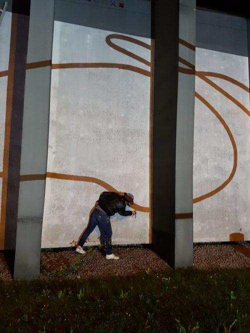Künstlerin Sabine Marte bei der Arbeit an ihrem Werk. Dornbirn plus