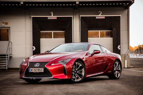 Lang, flach, breit: das ebenso luxuriöse wie sportiv ausgerichtete Lexus-Coupé zelebriert den spektakulären Auftritt in jeder Hinsicht. VN/steurer