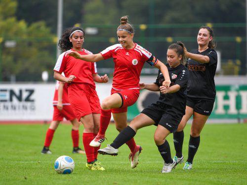 Leonie Salzgeber (Bildmitte) und ihre Teamkolleginnen des FC Dornbirn (links Kubra Öztürk) freuen sich auf die neuen Herausforderungen ab Sommer.Vn-lerch