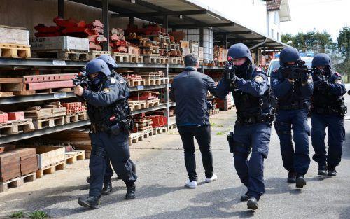 Marko Markovic dreht den Einsatz der Polizisten, die das Gebäude stürmen und ein paar Verbrecher festnehmen werden. VN/HRJ