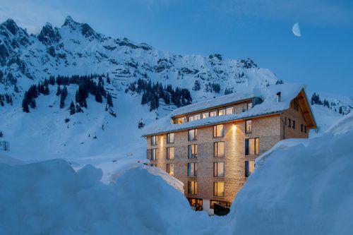 Markus Kegele hat von Ministerinnen (kl. Bild) den Alpen-Klimaschutzpreis für sein Haus erhalten.FA/BMU