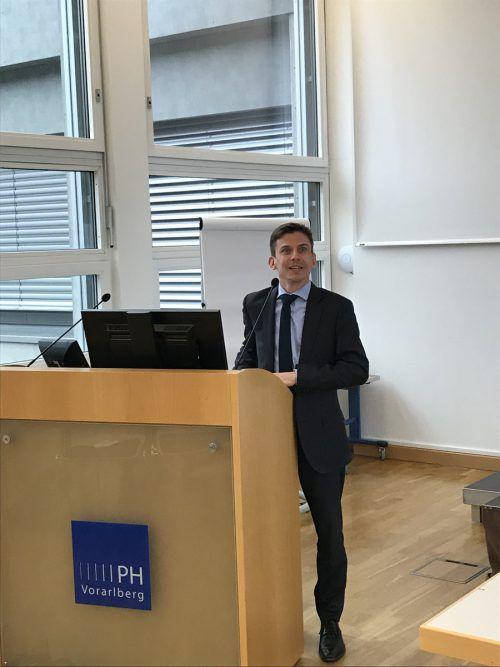 Matt Bowlby sprach an der Pädagogischen Hochschule Vorarlberg über die Beziehungen zwischen der EU und den USA. VN/Hämmerle