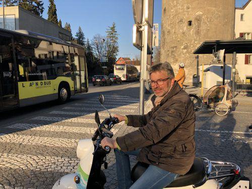 Matthias Mayer mit seinem Elektroroller unweit der Bärenkreuzung, an der er zwanzig Jahre lang gelebt hat. VN/Schweigkofler