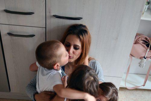 """Mirjana Radulovic mit drei ihrer vier Kinder, bevor sie auf Pflegeplätze verteilt wurden: """"Ich vermisse sie sehr."""" vn/hrj"""