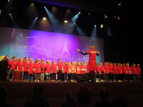 """Mit dem Spendenerlös des 12. Stundenlaufs unterstützt der Lions Club Bregenz das soziale Bildungsprojekt """"Superar"""". fingerslos"""