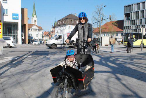Mit dem Transportrad sind Noemi und Elisabeth Edler schnell am Ziel. Die Stadt fördert solche Anschaffungen. erh