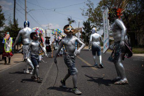 Mit Ganzkörperbemalung und Masken tanzen die Jungen für eine bessere Ernte. AFP