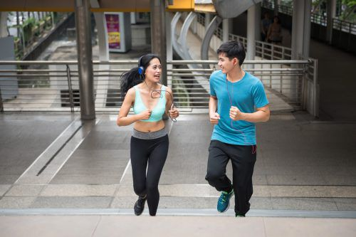 Mittags joggen gehen ist auch eine kleine Auszeit von der Arbeitszeit und trägt zu einer positiven Work-Life-Balance bei.