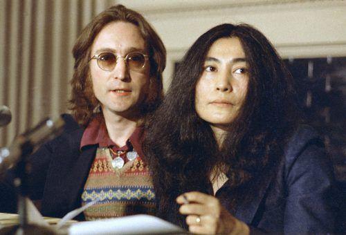 Musiker John Lennon und mit seiner Frau, der Künstlerin Yoko Ono. AP