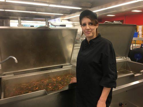 Nadine Volz war ein Jahr lang arbeitslos, heute holt sie bei der Aqua Gastronomie in der Messe Dornbirn ihre Ausbildung nach. VN/tag