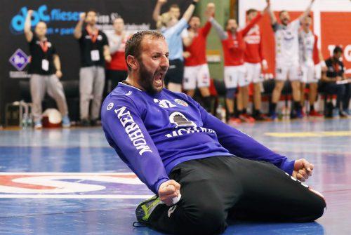 Neben zahlreichen Paraden sorgte Goalie Golub Doknic mit seinem Tor für die 13:9-Pausenführung beim 25:18-Erfolg des Alpla HC Hard in Schwaz. GEPA