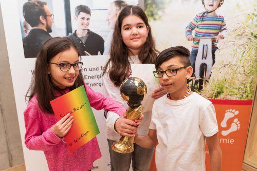"""Nevra, Jana und Gennaro (v. l.) von der 4c der Volksschule Schendlingen freuen sich, dass der """"Gut-Geh-Raum"""" den Energy Globe Vorarlberg gewonnen hat. VN/Stiplovsek"""