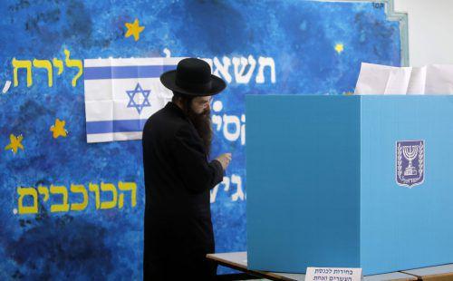 Parlamentswahl in Israel: In einem Wahllokal in Jerusalem gibt ein ultra-orthodoxer Jude seine Stimme ab. afp