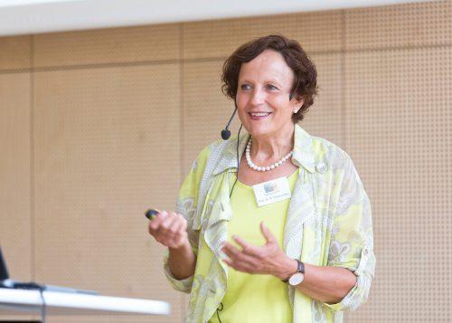 Prof. Barbara Friesenecker spricht im Reichshofsaal.